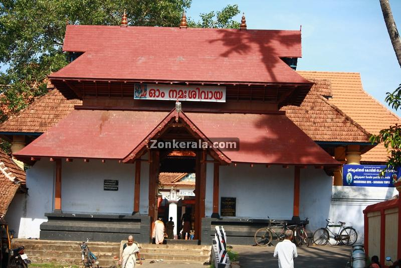vaikom mahadeva temple east entrance 2