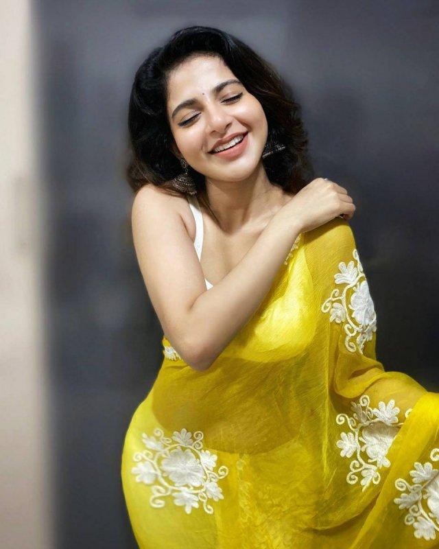 Iswarya Menon Movie Actress Wallpapers 2344
