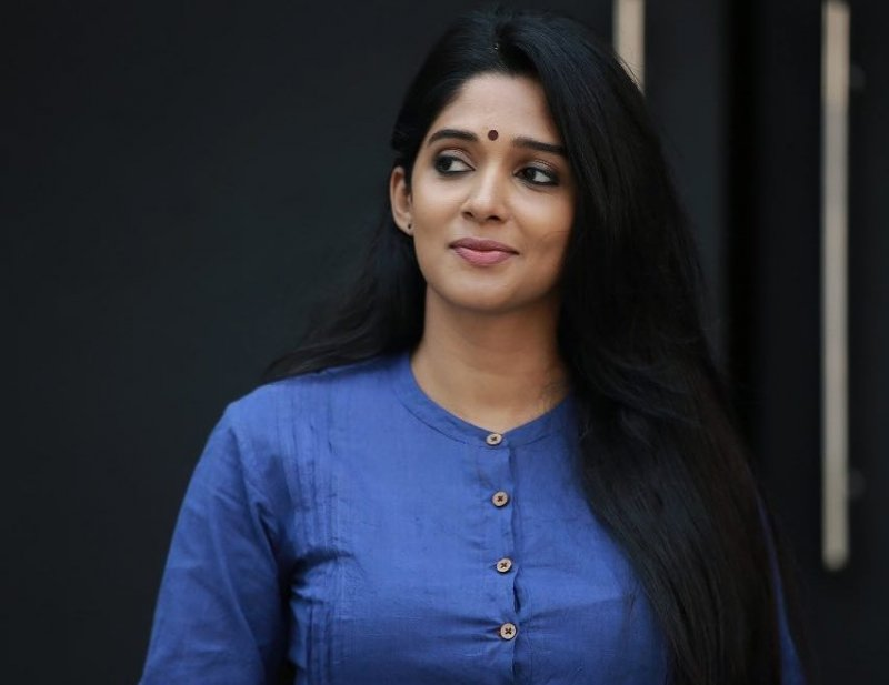 Nyla Usha Indian Actress Recent Album 5984