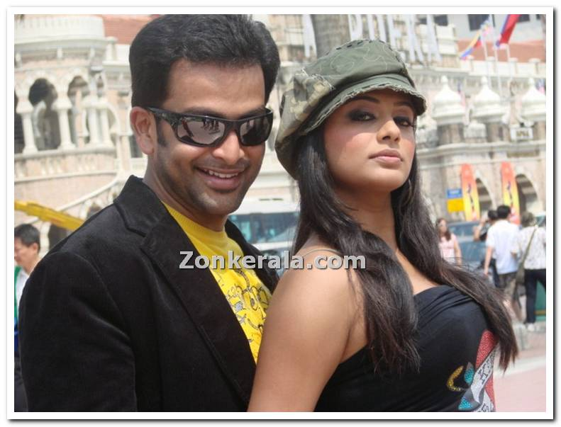 http://www.zonkerala.com/movies/gallery/puthiya-mukham/prithviraj-priyamani-still-30.jpg