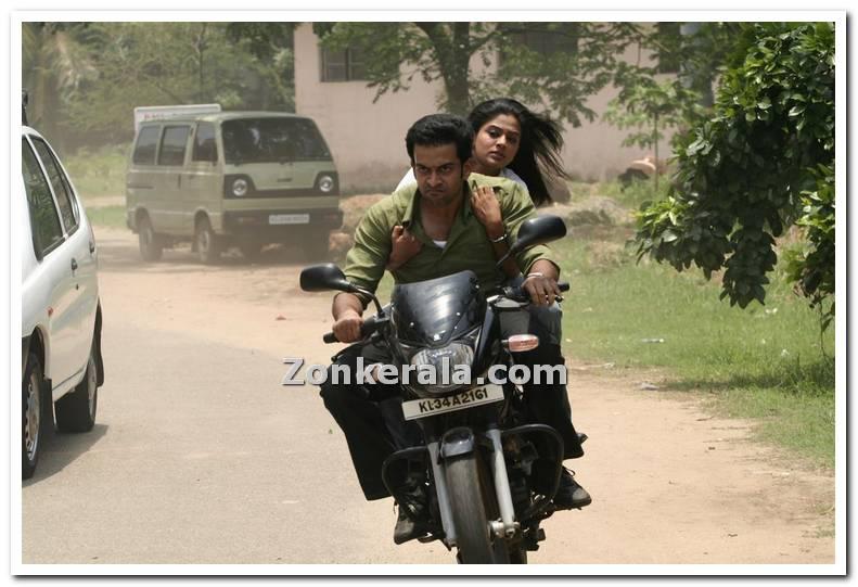 http://www.zonkerala.com/movies/gallery/puthiya-mukham/puthiya-mugham-stills-46.jpg