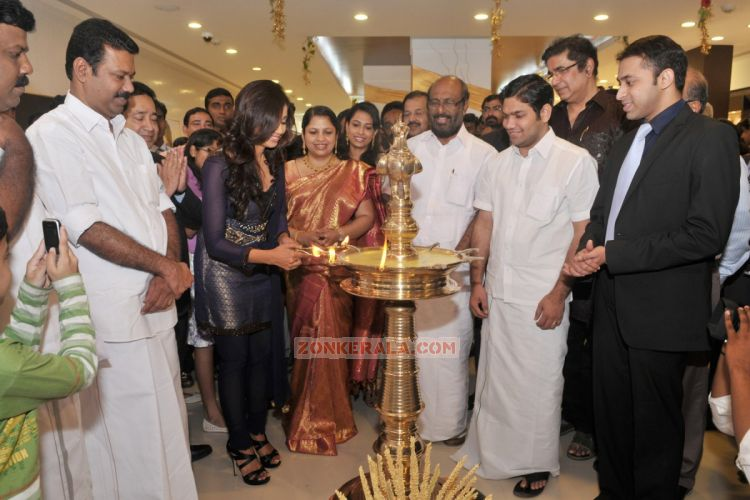 Shreya Ghoshal Inaugurates Joy Alukkas Showroom 1060