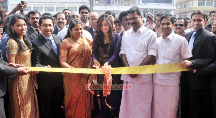 Shreya Ghoshal Inaugurates Joy Alukkas Showroom 2101