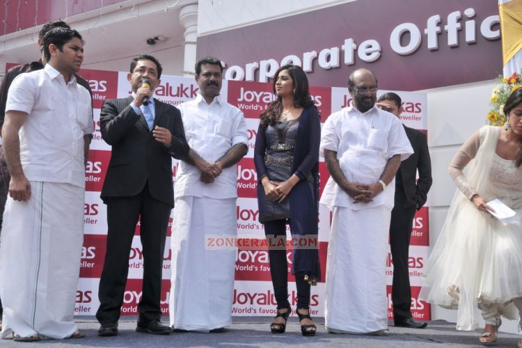 Shreya Ghoshal Inaugurates Joy Alukkas Showroom 4146