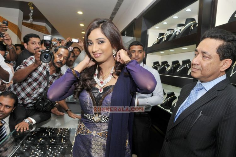 Shreya Ghoshal Inaugurates Joy Alukkas Showroom 5467
