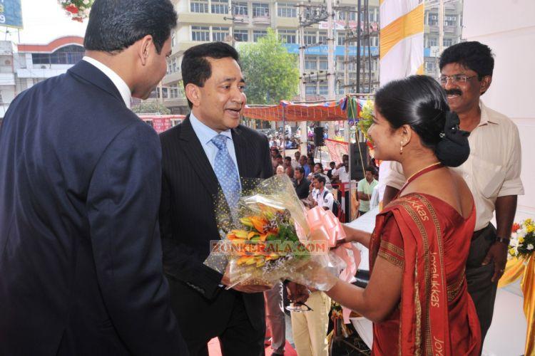 Shreya Ghoshal Inaugurates Joy Alukkas Showroom 9343