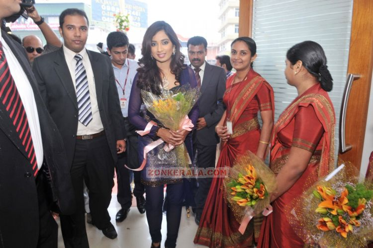 Shreya Ghoshal Inaugurates Joy Alukkas Showroom Stills 4803